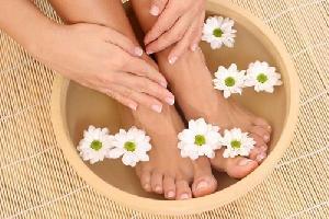 Xông chân thuốc bắc gia truyền, massage chân cùng tinh dầu thiên nhiên và đá nóng
